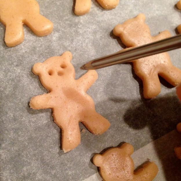 8095310-R3L8T8D-650-cute-hugging-bear-cookies-maa-tamagosan-3