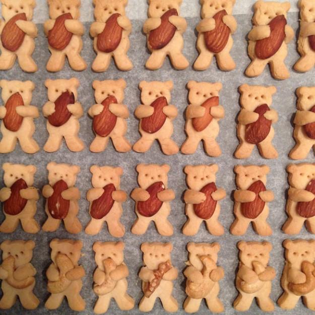 8095510-R3L8T8D-650-cute-hugging-bear-cookies-maa-tamagosan-12
