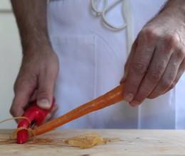 Лайфхак от шеф-поворов: чистим морковь в считанные секунды
