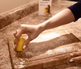 очищаем кухонную доску