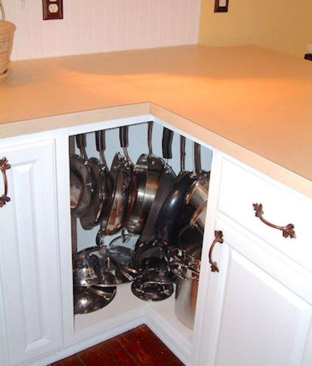 Вещалки для сковородок в угловом шкафу