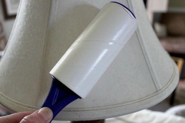 Ролик с липкой лентой отлично соберет пыль
