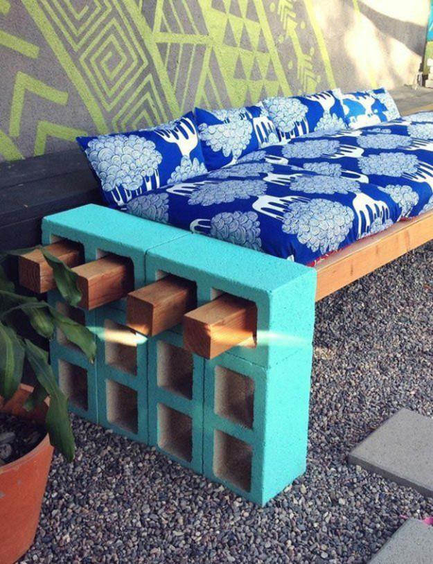 Диван из бетонных панелей, деревянных поддонов и подушек