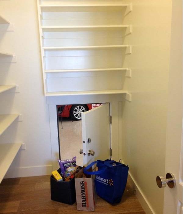 Дверца из кухни в гараж