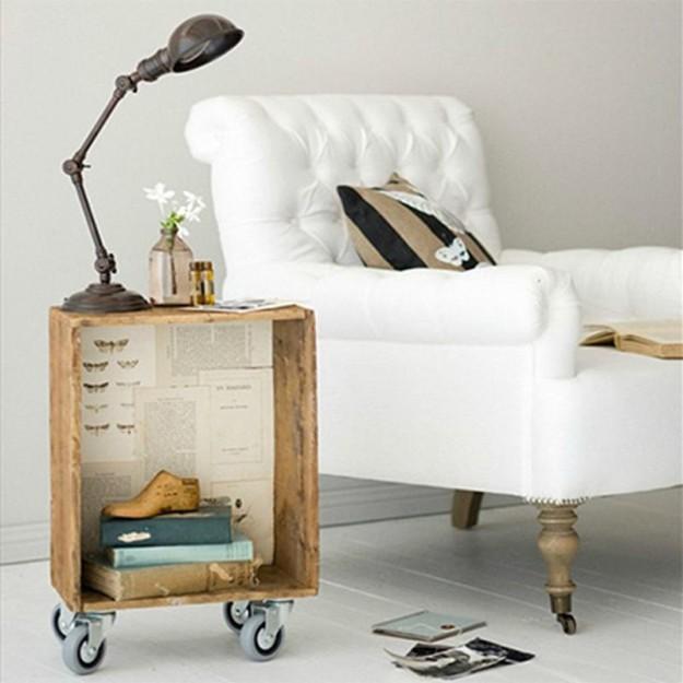 Маленький столик для книги и лампы